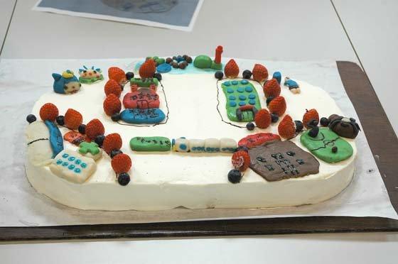 「おおちゃん」をかたどったケーキ=2014年10月21日、大槌小学校体育館