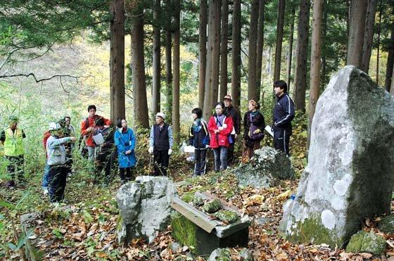 古廟山開山碑を見学する史跡巡りの参加者=2014年11月9日、大槌町小鎚