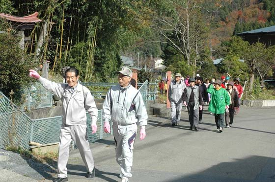 談笑しながら散歩する参加者=2014年11月8日、大槌町小鎚