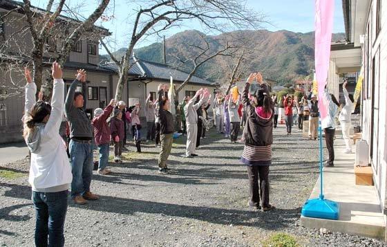 散歩前に入念に準備体操する参加者=2014年11月8日、大槌町桜木町