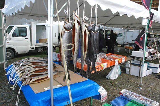 新巻鮭を販売する鮮魚店のコーナー=2014年12月7日、大槌川河川敷