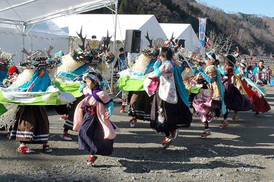まつりで舞う臼澤鹿子踊 =2014年12月7日、大槌川河川敷