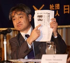 自らが執筆した1991年の記事を手にする元朝日新聞記者の植村隆氏