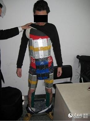 中国で「iPhone 6」の全身鎧男を逮捕 まるで「アップルマン」?驚愕写真に大笑い