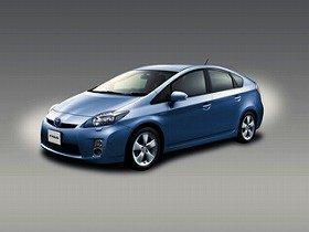 新型プリウスは「リッター40km」の世界一の低燃費か(画像は2009年5月発売モデル)