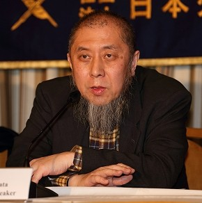記者会見で日本人の解放を訴える中田考氏