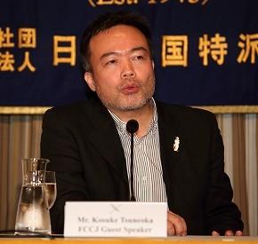 日本外国特派員協会で会見するジャーナリストの常岡浩介氏