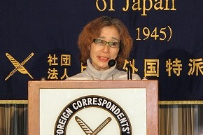 日本外国特派員協会で会見する後藤健二さん(47)の母親、石堂順子さん(78)