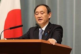 菅官房長官は2人の安否について「さまざまな情報に接していることも事実」などと述べた