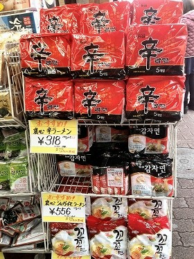 韓国の食料品店で販売されている即席めん
