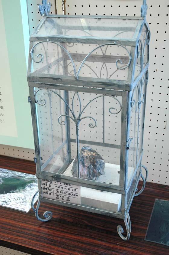 宮沢賢治展で展示中の薔薇輝石=2014年12月18日、大槌町中央公民館