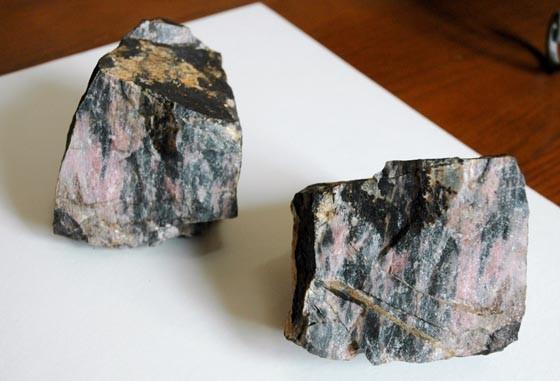佐々木格さんらが採掘した薔薇輝石=2013年4月17日、大槌町吉里吉里