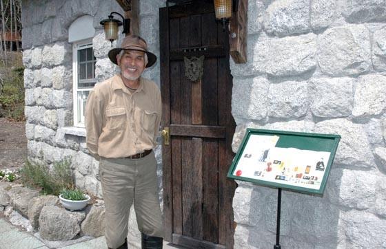 佐々木格さんと自宅わきに建てた「森の図書館」=2013年4月17日、大槌町吉里吉里