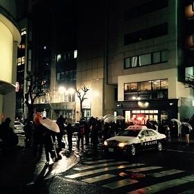 「ジーパン探偵」の立てこもりで騒然とする現場(15年2月7日撮影)