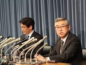 会見に出席した堤人事部長(左)と加賀谷広報室長(右)