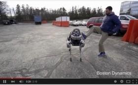 「ロボット犬」でも、蹴ってはかわいそうなのか・・・(画像は「ボストン・ダイナミクス」のユーチューブ動画より)