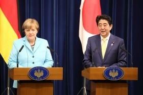共同記者会見に臨むドイツのアンゲラ・メルケル首相(左)と安倍晋三首相(右)