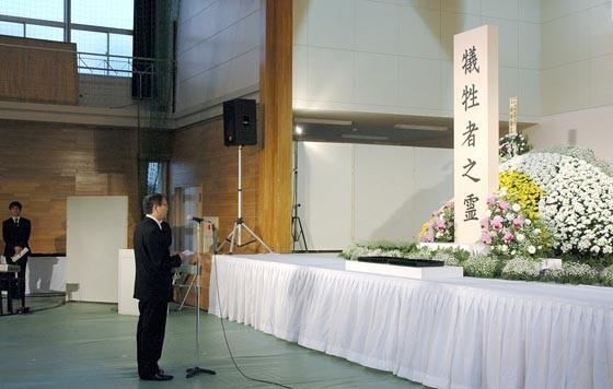 追悼式で式辞を述べる碇川豊大槌町長=2015年3月11日、大槌町役場多目的会議室