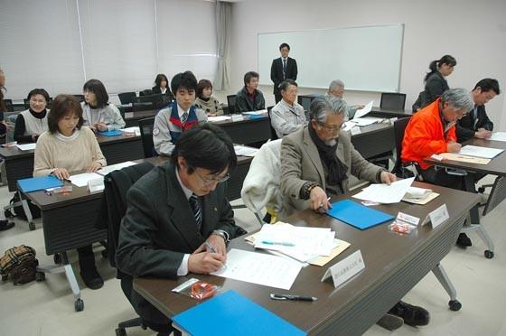 お年寄りを見守るため町と12の事業者が協定書を交わしました=2015年2月20日、大槌町役場