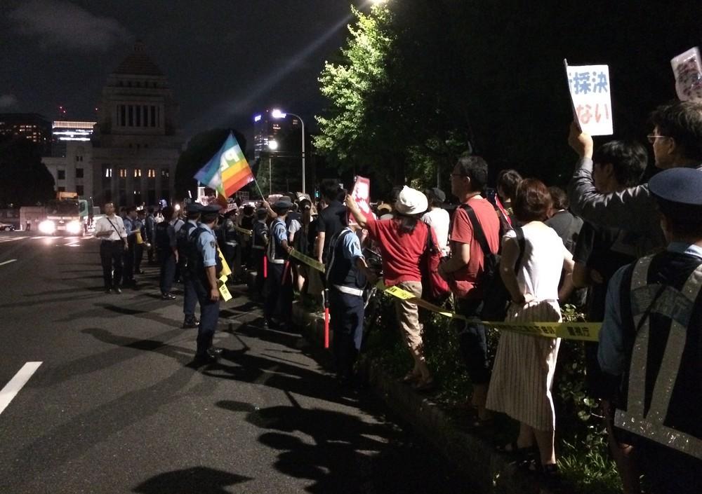 安保法制反対デモでは「戦争法案絶対反対!」「安倍は辞めろ!」といったシュプレヒコールが一般的だ(2015年7月15日撮影)