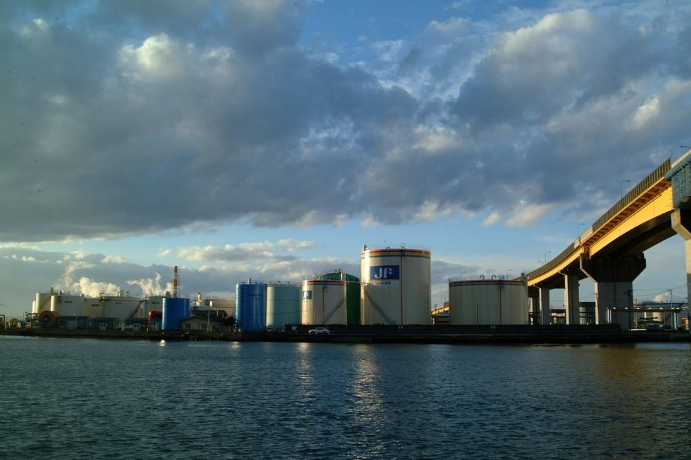 出光と昭和シェル経営統合で東燃、コスモはどうなるか 国内石油元売り・電力・ガス、全く新しい連携もありうる