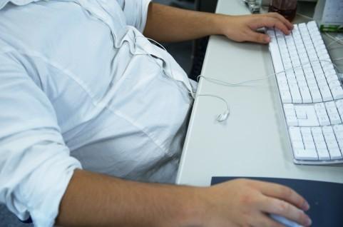 体重は減っているが、夜遅くまでの仕事が続くともしかして...(写真はイメージ)