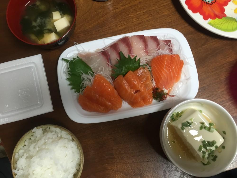 夜の食事は刺身や焼き魚といったメニューが増えてきた