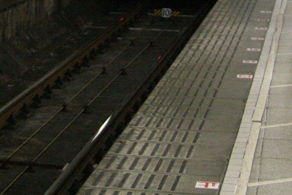 線路に吐いていたら電車と「ゴン」 忘年会シーズンを控え、危険注意!
