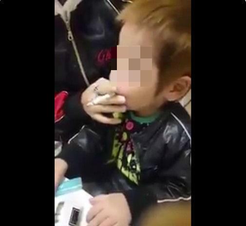 幼い息子が「タバコ吸う」動画 FBに載せた両親が大炎上、謝罪するも批判止まず