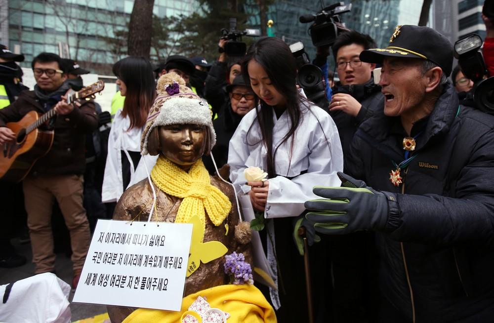 怪しくなってきた日本大使館前慰安婦像の移転 朴大統領、「合意は像移設が前提」報道に不快感