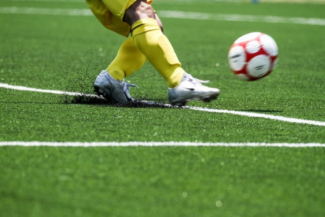「人工芝に発がん性物質」米政府調査 サッカーのゴールキーパーに患者続出