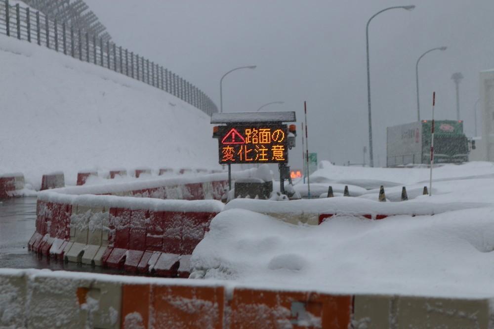 関越トンネルを出たところにある土樽PA。粉雪が舞い、辺りは真っ白だった。編集部撮影(以下同じ)