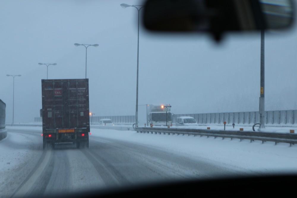 関越トンネル周辺の高速道路。路面にも雪が積もり始めた