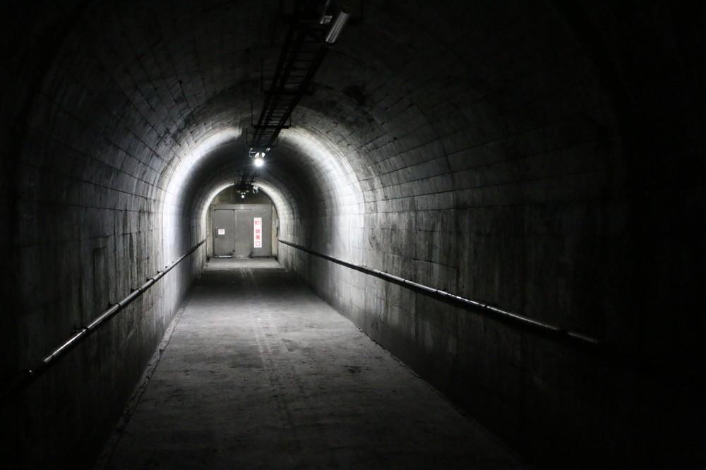 避難坑に通じる連絡通路