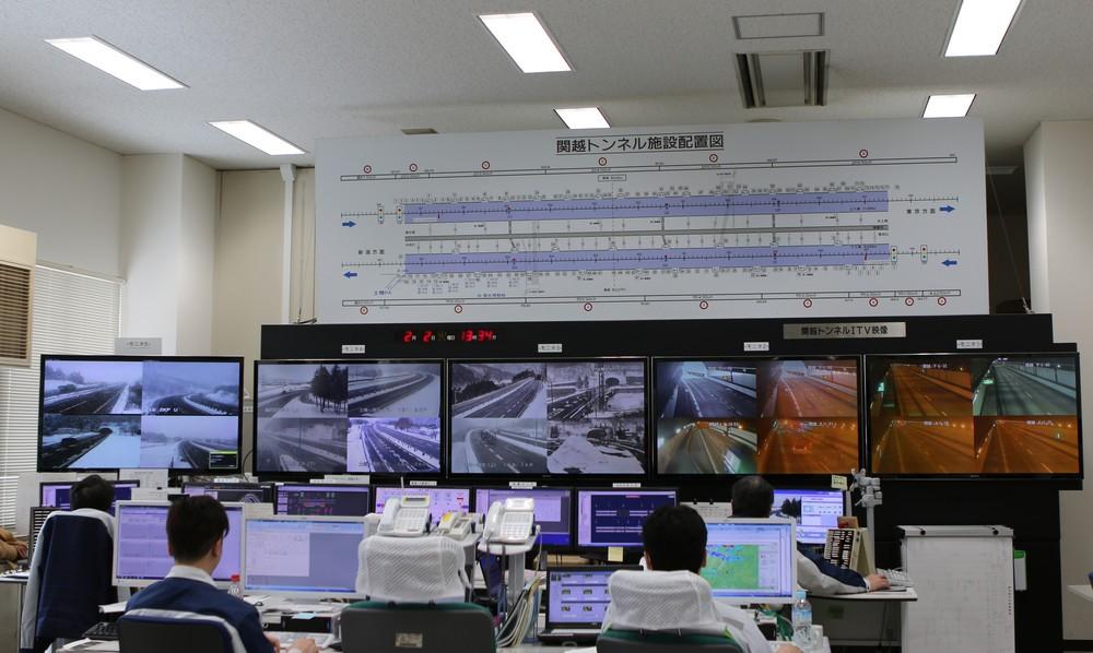 湯沢管理事務所の雪氷対策本部。管内の道路状況や気象をリアルタイムにチェックしている