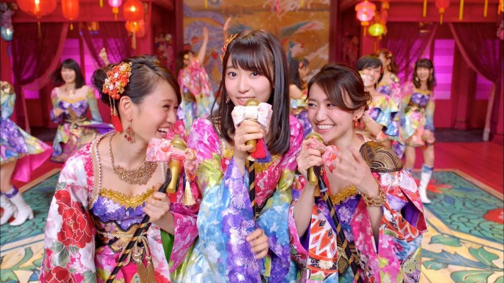 10周年記念シングル「君はメロディー」(3月9日発売)のミュージックビデオでは、宮脇さんが前田さんや大島さんを従える形でセンターに立っている