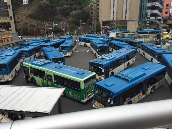 溝の口駅前ロータリーがバスで大変なことに... 異様な写真に「一体なんなんだ」と驚き広がる