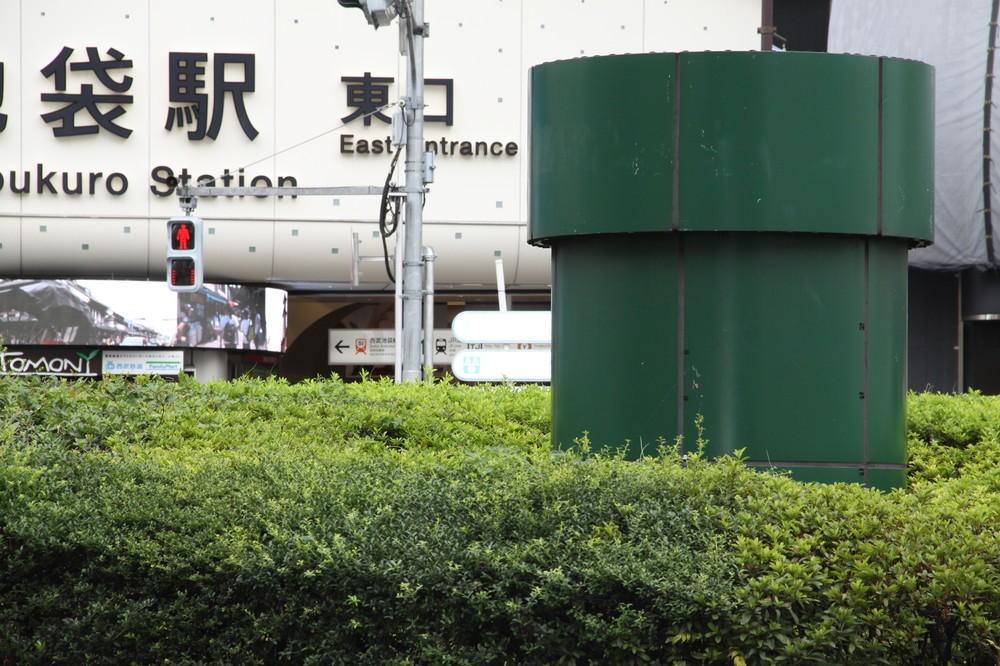 リアル「安倍マリオ土管」説も 池袋駅前に謎の「緑の物体」