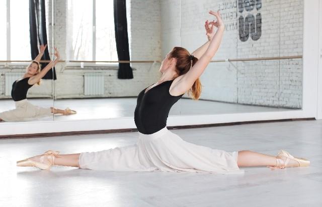大人のバレエ:40代で始めても効果抜群 姿勢がキレイになり開脚ペッタリも