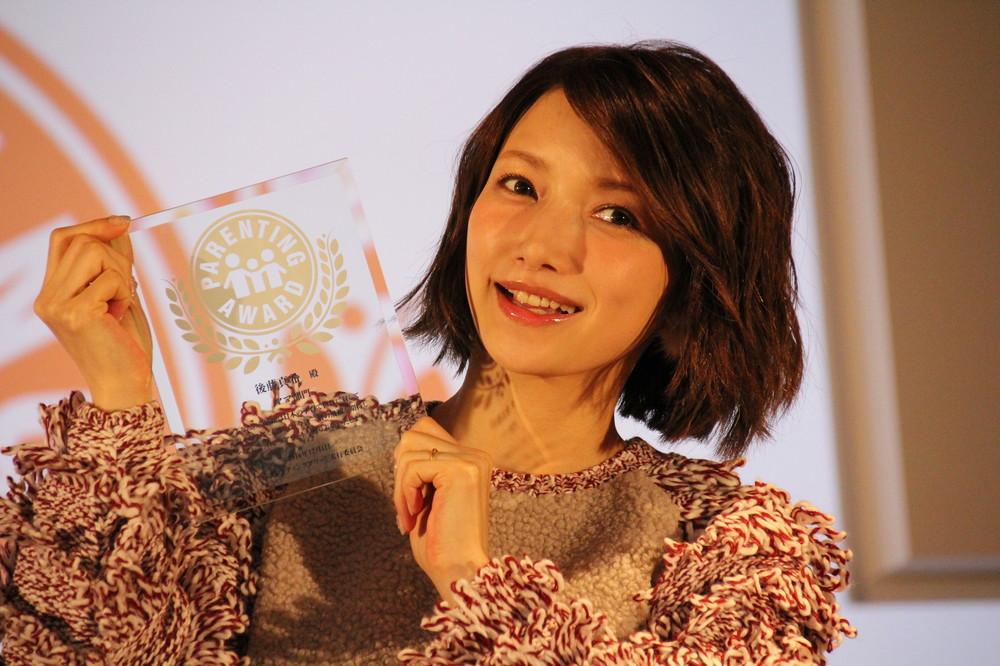後藤真希ふっくらお腹で笑顔ふりまく 「育児業界に影響を与えたママ」で受賞