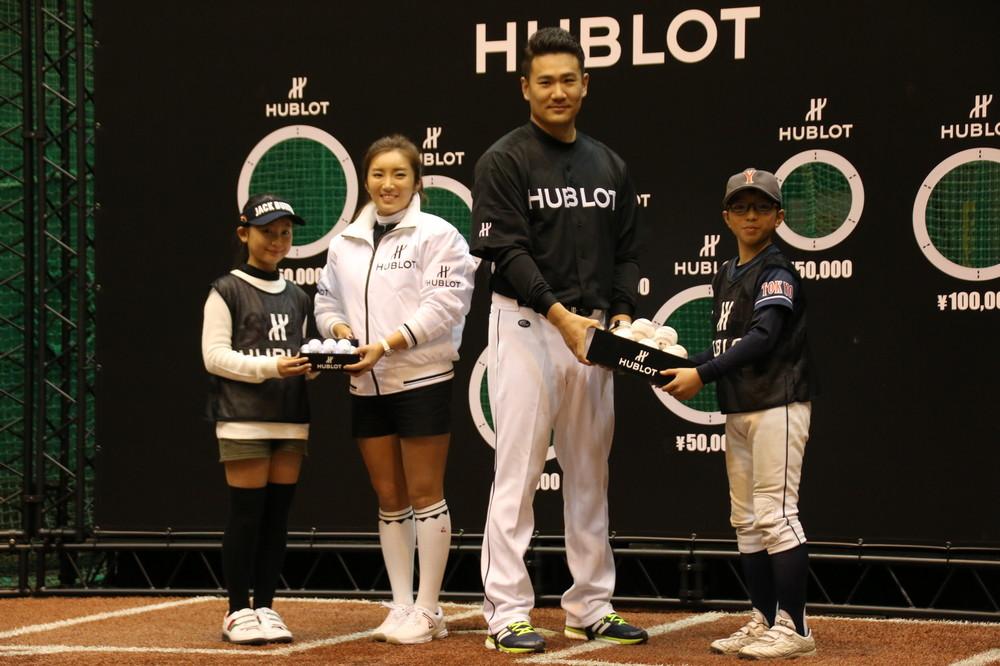 田中将大とイ・ボミから、子どもにそれぞれ野球ボールとゴルフボールが贈呈された