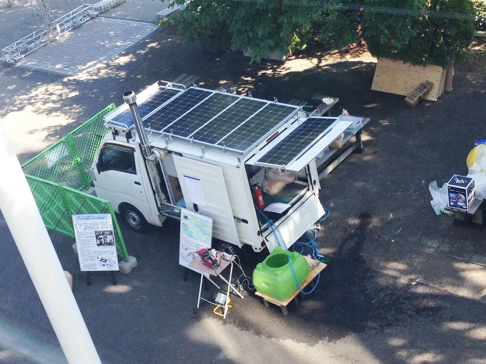 災害時に電気とお湯を供給する車 燃料は現地調達のガレキ廃材と太陽光