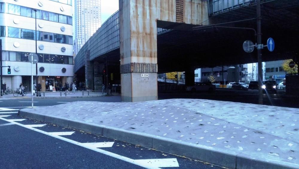 「ホームレス排除」憶測は事実だったのか 渋谷の国道「突起物」撤去の真相