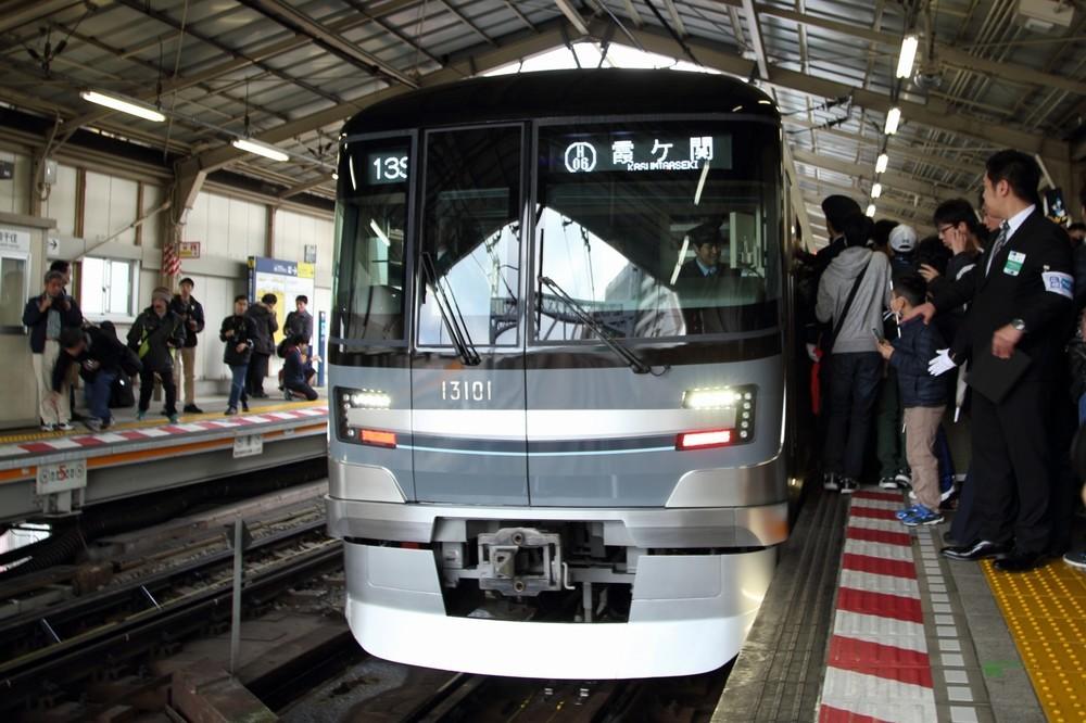 ドラえもん特別列車にファン殺到 日比谷線、30年ぶり新型車両