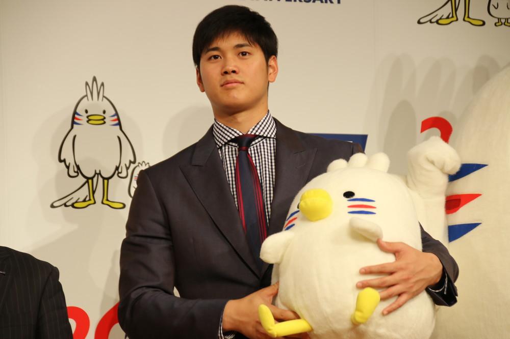 WBCへの意気込みを述べた大谷翔平。抱えるのはJ SPORTSのマスコットキャラ「ピクトリ」
