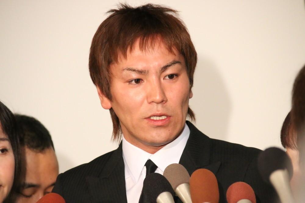 記者会見に臨む狩野英孝さん