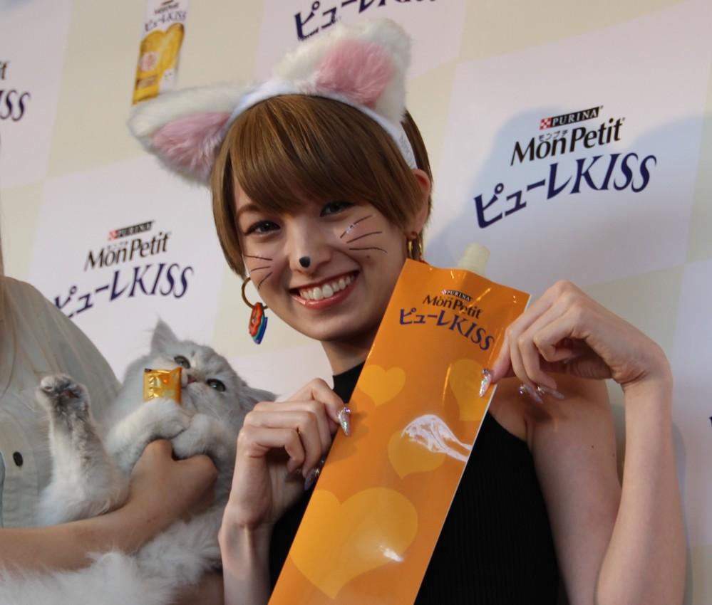 猫耳バンド、猫ひげシール、猫風メークでイベントに登場した南明奈さん