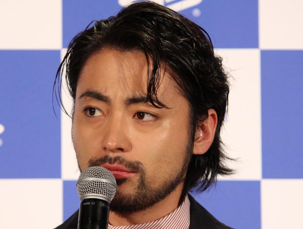 「毛玉」こと山田孝之が衝撃写真を公開 ヒゲが半分ナシで「変態に見えます」