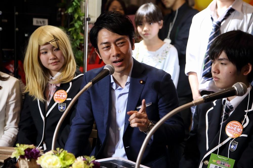 小泉進次郎氏「彼女いたら、バレてます」 高校生「直撃取材」に