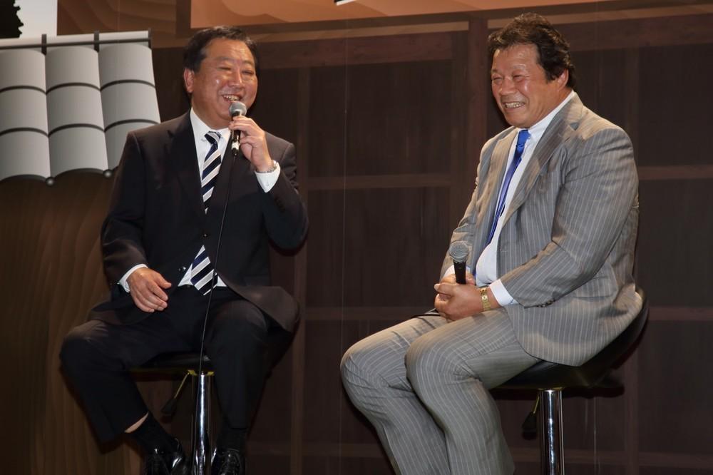 国会もプロレスも「出した技はちゃんと受ける」 野田幹事長が藤波選手に語る